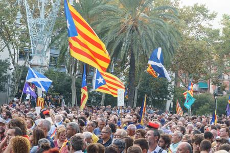 Barcelona, Cataluña, España, 10 de octubre de 2017: personas en el rally de apoyo a la independencia de Cataluña en Passeig Lluis Companys. Editorial