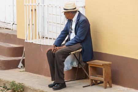 Trinidad, Cuba, il 3 gennaio 2017: uomo anziano sulla via che fuma un cigar