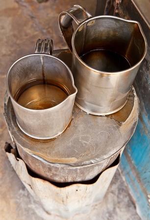 Deux pots � caf� en m�tal sur le po�le Banque d'images