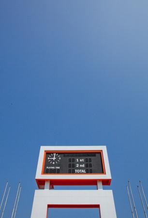 Le tableau de bord �lectrique et la hampe avec le fond de ciel bleu Banque d'images