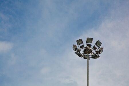 Une structure de colonne m�tallique de lumi�res de sport avec le fond de ciel bleu Banque d'images