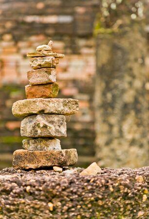 Le tas de vieilles briques qui sont recouvertes par les touristes dans le parc historique de Sukhothai, Tha�lande Banque d'images