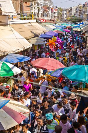 La fronti�re de la R�publique de l'Union du Myanmar - 2 janvier: groupe non identifi� de touristes et les gens sont vos achats sur le march� le 2 Janvier 2012 pr�s de la fronti�re de la Tha�lande et le Myanmar