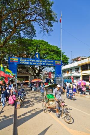 Province de Chiang Rai, THA�LANDE - 2 janvier: groupe non identifi� de touristes et les gens sont au poste fronti�re de la R�publique de l'Union du Myanmar le 2 Janvier 2012 pr�s de Maesai district, province de Chiang Rai, Tha�lande �ditoriale