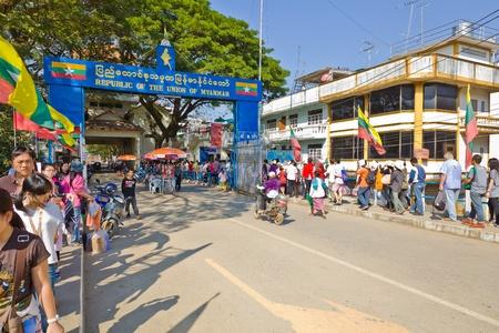 Province de Chiang Rai, THA�LANDE - 2 janvier: groupe non identifi� de touristes se rendent au poste fronti�re de la R�publique de l'Union du Myanmar le 2 Janvier 2012 � Maesai district, province de Chiang Rai, Tha�lande