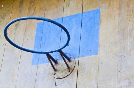 L'image Gros plan sur le panier de basket vieux et la planche de bois