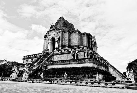 L'image en noir et blanc des ruines de Chedi Luang Stupa dans Chedi Luang Temple, province de Chiang Mai, Tha�lande