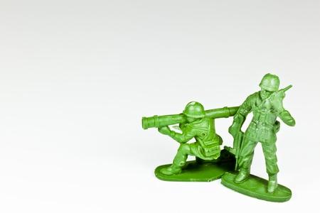 L'image isol�e de deux soldats jouets en plastique Banque d'images