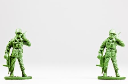 L'image isol�e de deux soldats jouets en plastique verts