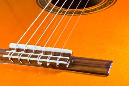 L'image gros plan de cordes d'une guitare classique