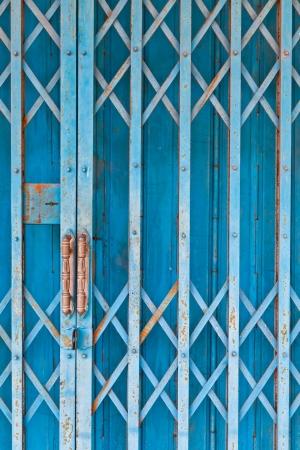L'image Gros plan sur le volet bleu acier ancienne Banque d'images - 14075520