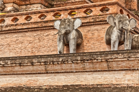 Elephants stand guard midway up the platform of Chedi Luang stupa,Chedi Luang temple, Chiang Mai province, Thailand Banque d'images