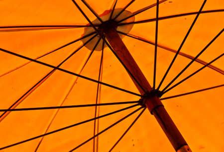 Les structures d'un vieux parapluie jaune grande