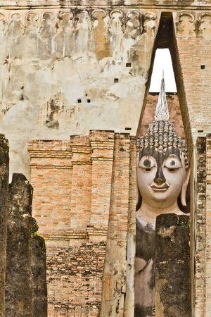 Phra Atchana, la plus grande image de Bouddha, dans le mondop du temple Sri Chum, le Parc archéologique de Sukhothai historique, Thaïlande Banque d'images - 16782520