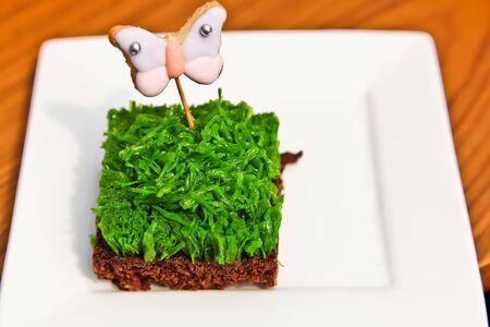 Le brownie avec un dessert sucr� vert en haut et un cookie papillon