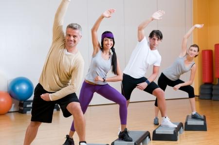 coordinacion: Personas saludables haciendo ejercicios aer�bicos juntos en el gimnasio