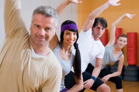 Personas sonrientes felices haciendo ejercicios aeróbicos juntos en el gimnasio  Foto de archivo - 7889432
