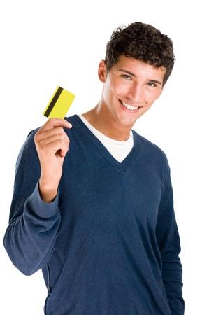 cr�dito: Feliz sonriente joven mostrando tarjeta de cr�dito aislado sobre fondo blanco  Foto de archivo