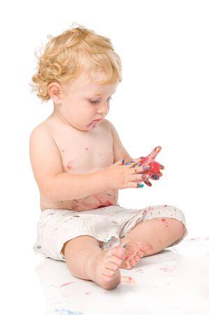 Hermoso peque�o beb� pintar con colores aislados sobre fondo blanco  Foto de archivo - 7889361