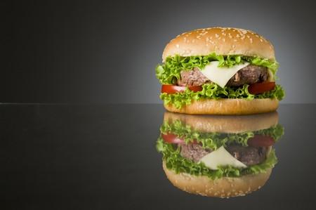 hamburguesa: Gran hamburguesa casera delicioso fresca con reflexi�n y espacio para texto  Foto de archivo