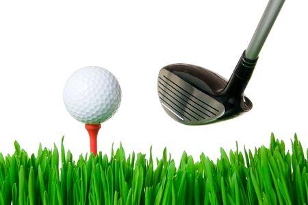 impacts: Pelota de golf en el tee y un club listo para balanceo aislados sobre fondo blanco