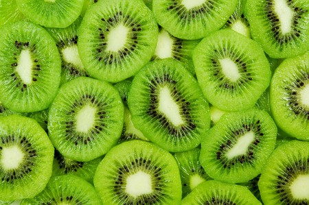 frutas tropicales: Frescas y maduras rodajas de fruta kiwi, fondo de papel tapiz de gran verano  Foto de archivo