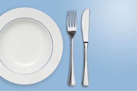 cubiertos de plata: Placa colocada limpio con tenedor y cuchillo con espacio de copia a la derecha.