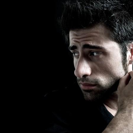 persona deprimida: Hombre latino triste y preocupada, mirando de lejos