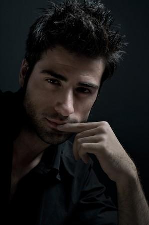 modelos hombres: Moda Latina hombre mirando a la c�mara con confianza