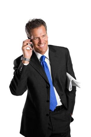 talking businessman: Feliz empresario maduro, hablando sobre m�viles aislados sobre fondo blanco  Foto de archivo