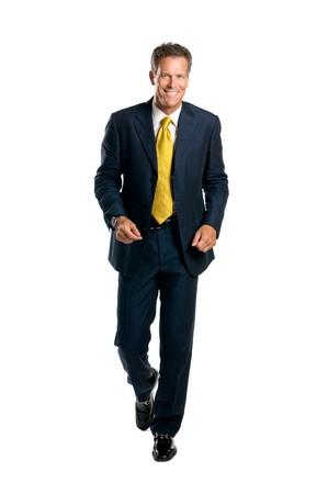 senioren wandelen: Happy volwassen zakenman lopen voor de camera geïsoleerd op witte achtergrond