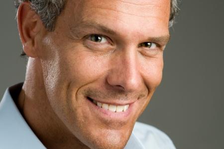 bel homme: Fermer portrait de sourire beau homme mature