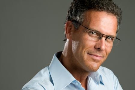 confianza: Hombre maduro guapo, mirando a la c�mara con un par de lentes modernas