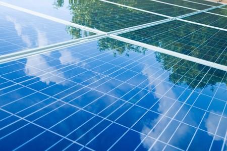 sonnenenergie: Gr�ne B�ume und blauer Himmel Reflexion �ber Sonnenkollektoren. Go green mit erneuerbarer Energie!