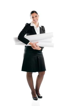 planos arquitecto: Mujer de joven arquitecto de longitud completa con planes aislados sobre fondo blanco