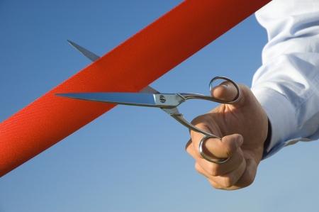 apertura: Corte de cinta roja con un par de tijeras para la inauguraci�n de la nueva actividad de negocio