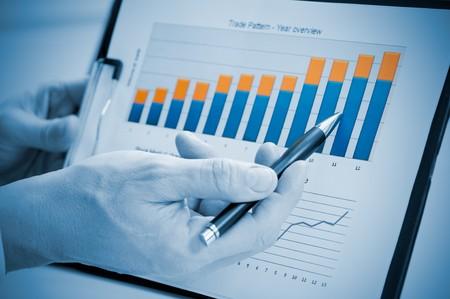 financial leadership: Mostrando de mano de empresario gr�fico sobre el informe anual, el crecimiento de buen negocio de crecimiento