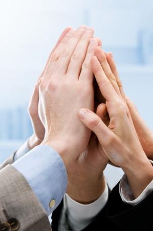 Groupe des mains levées pour un high five au bureau. Symbole du travail d'équipe, la victoire et le succès