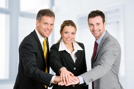 work together: Gelukkig lachend business team hand in hand in een hoop, goed teamwork baan Stockfoto