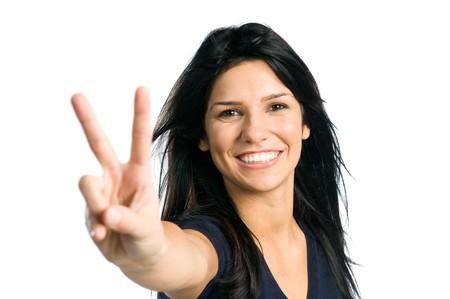 simbolo de la paz: Ni�a de adolescente de Latina que muestra el signo de la victoria aislado sobre fondo blanco  Foto de archivo