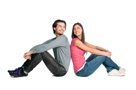 coquetear: Sonriente joven pareja mirando mutuamente con ternura y amor aislados sobre fondo blanco