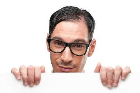 geek: Nerd sonriente sosteniendo un cartel aislado en fondo blanco
