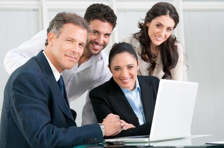 reuniones empresariales: Satisfechos businss orgullosos del equipo mirando a la c�mara y sonriente en la Oficina