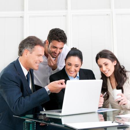 work together: Gelukkig werkend business team in moderne kantoor