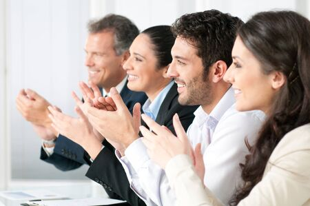 manos aplaudiendo: Feliz equipo de negocios sonriente Palmas de las manos durante una reuni�n