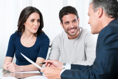 Financieel consultant presenteert bank investeringen een jong koppel Stockfoto