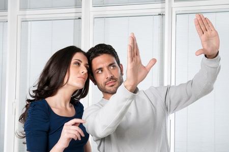 so�ando: Joven pareja valorar y so�ando con su nueva casa