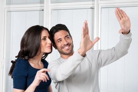 Heureux couple satisfait à la recherche et la planification de leur stratégie future Banque d'images