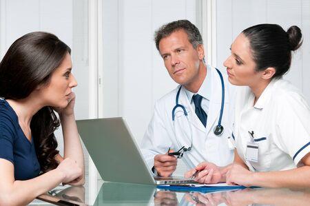 enfermera con paciente: Paciente femenina joven discutir con los m�dicos en su examen m�dico en el hospital