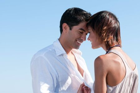 coquetear: Dulce pareja flirteo juntos en la playa de verano
